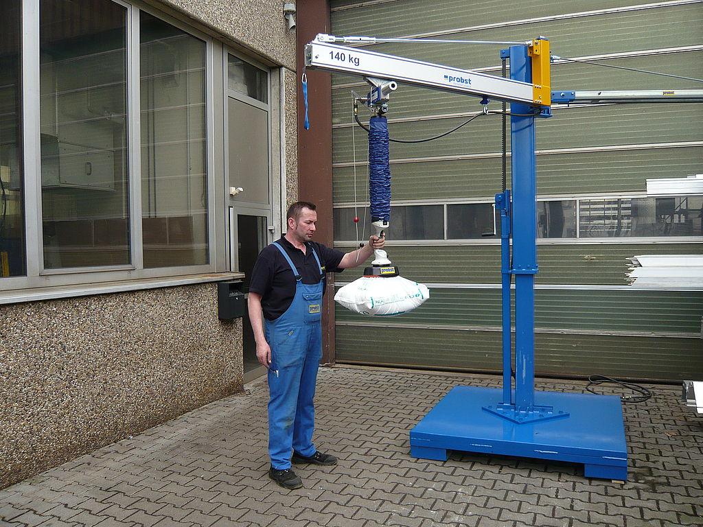 Dispozitiv de ridicat cu vid pentru elemente prefabricate cu dispozitiv de rotire cu 180°